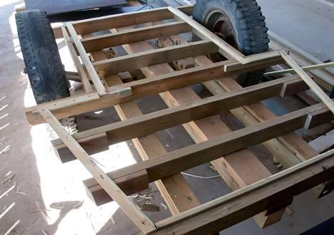 Peräkärryn lava ja runko lahosivat ajan saatossa. Yrjö Pirnes päätti rakentaa tilalle saunan.