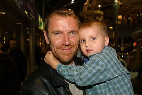 Renny Harlin viihtyy Lapissa Luukas-poikansa kanssa. Kuva on vuodelta 2000.