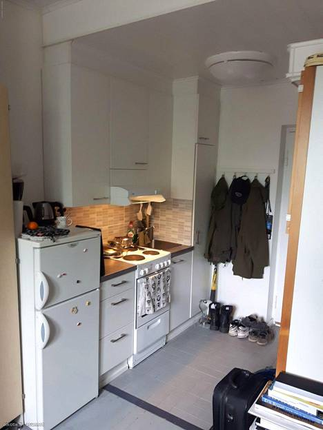 16 neliön ja 385 euroa kuussa kustantava kämppä Lahdessa yhdistää eteisen ja keittiön luovasti toisiinsa.
