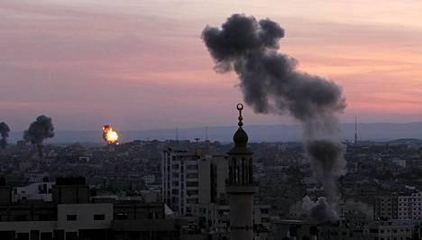 Savu nousee Gazassa rakennuksesta, jossa sisäministeriö toimii.