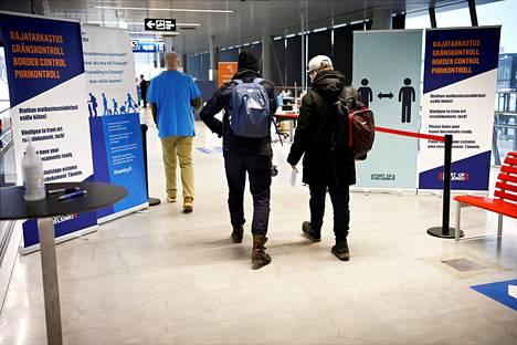 Koronavarautumisesta ja turvaväleistä muistuttavia opasteita rajatarkastuspisteessä Helsingin Länsisatamassa 23. helmikuuta 2021. Varustamot edellyttivät tuosta päivästä alkaen ulkomailta saapuvilta matkustajilta todistusta negatiivisesta koronatestistä tai sairastetusta taudista