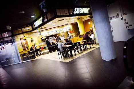 Yhdysvaltalainen ja ympäri maailmaa levinnyt Subway-ravintolaketju rantautui Suomeen vuonna 2000. Kuva Helsingin Kampissa sijaitsevasta Subwaysta vuodelta 2011.