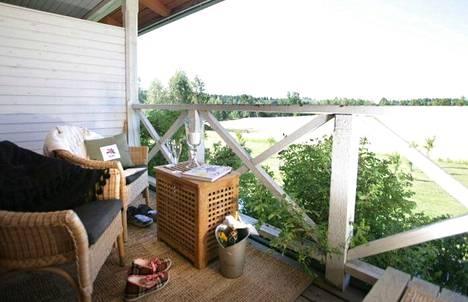 Tertin kartanon huoneiden verannalla mieli lepää ympäröivää puutarhaa ihastellessa.