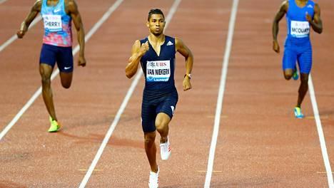 Wayde van Niekerk juoksi helposti 400 metrin voittajaksi Lausannen Timanttiliigassa.