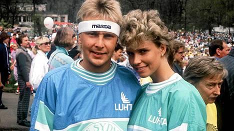 Matti ensimmäisen vaimonsa Tiinan kanssa vuonna 1988.