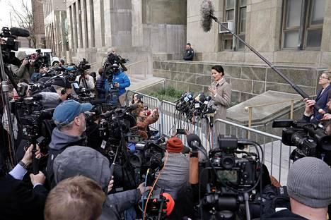 Weinsteinin uhri Tarale Wulff puhuu medialle Weinsteinin tuomion julistamisen jälkeen keskiviikkona New Yorkissa.