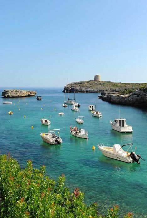 Menorcalla tunnelma on perinteikäs ja meri kirkasta. Saari on heinä–elokuun huippusesonkia lukuun ottamatta hyvin rauhallinen.