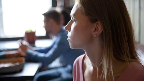Joskus tunteiden viileneminen omaa kumppania kohtaan voi johtaa pettämiseen.