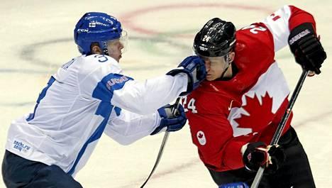 Olli Määttä kamppaili Kanadan Corey Perryn kanssa olympiakisojen alkusarjassa.