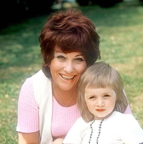 Laila Kinnunen tyttärensä Milanan kanssa vuonna 1973.