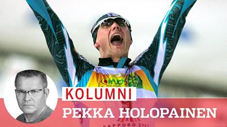 Hannu Mannisen loistavan, mutta arvokisoissa usein hankalan uran kultainen kohokohta: Magnus Moan on taipunut yhdistetyn MM-sprinttikilpailun loppusuoralla Sapporon jättiareenalla 2007.