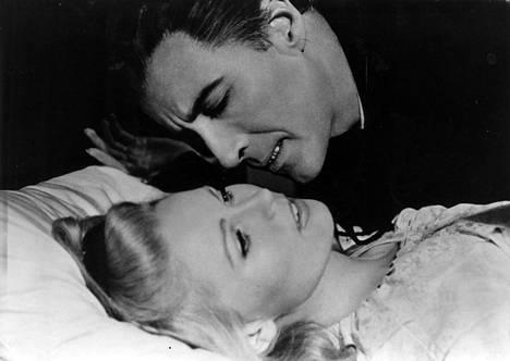 Christopher Lee tunnetaan etenkin rooleistaan kauhuelokuvissa. Kuva elokuvasta Dracula on noussut haudastaan vuodelta 1968.