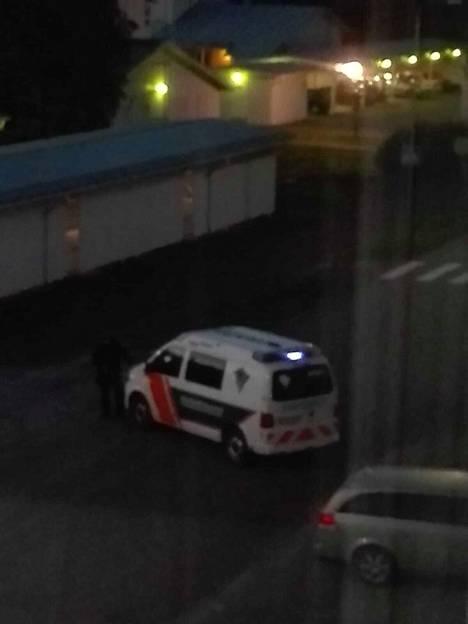 Lukijan yöllä ikkunasta ottamista kuvista näkyy, kuinka viranomaiset sulkevat tapahtumapaikalle vievää tietä.