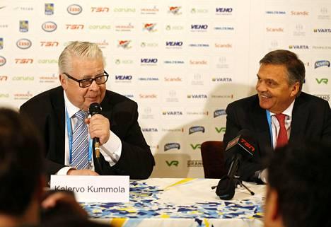 Kansainvälisen jääkiekkoliiton varapuheenjohtaja Kalervo Kummola (vas.) ja puheenjohtaja Rene Fasel joutuivat myöntämään vääjäämättömän. MM-kisoja ei voida pelata ympäri maailman levinneen koronaviruspandemian vuoksi.