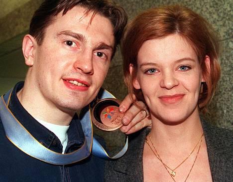 Emmin isä Ville Peltonen teki pitkän huippu-uran jääkiekkoilijana. Äiti-Hanna oli SM-tason taitoluistelija. Kuvassa Ville ja Hanna Naganon olympiakisojen jälkeen 1998.