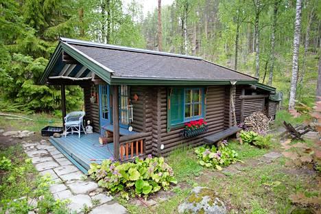 Vierasmaja sijaitsee pihapiirissä.