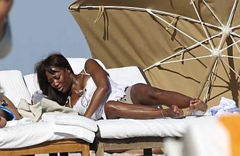 Naomi otti aurinkoa yllättävän peittävässä asussa.