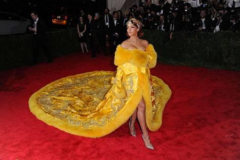 Valtavan laahuksen saaminen autosta punaiselle matolle ei ollut Rihanna gaalaillan ainoa ongelma.