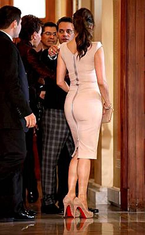 Jennifer Lopezin figuuri Victorian Beckhamin malliston mekossa.