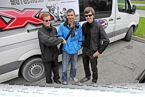 Autoja välittävä Kyösti Laukkanen, ostaja Kari Salmi ja tulkki Arne Riekstins.