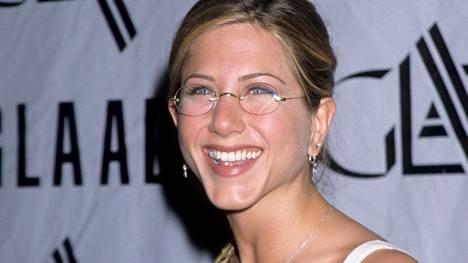 Kopioi näyttelijä Jennifer Anistonin tyyli vuodelta 1998, ja olet silmälasimuodin huipulla.
