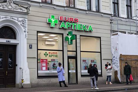 Latvialaisapteekista ei löytynyt kaikkia samoja reseptivapaita lääkkeitä kuin Suomesta, mutta henkilökunta oli avuliasta ja tarjosi luotettavia vaihtoehtoja.