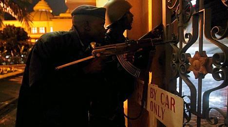 Poliisivoimiin kuuluva sekä armeijan sotilas tarkkailevat tilannetta Westgatessa maanantaina. Ostoskeskuksesta on kuulunut raskasta tulitusta.