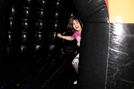 Niina Fauakehi nautti olostaan dancing disco domessa.
