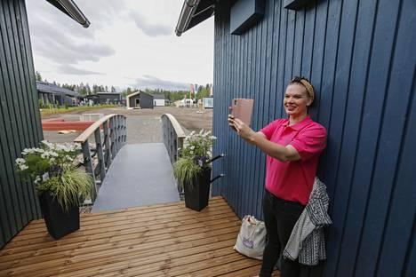 Lapinjärven kunnan viestintäassistentti Noora Säily pitää Lapinjärvitaloja unelmakoteina.