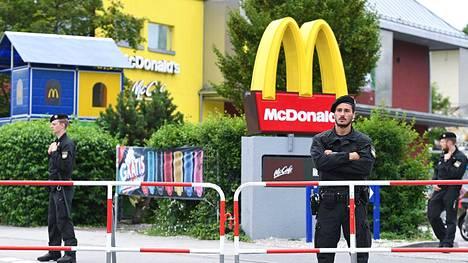 Poliisit vartioivat McDonald'sin edustaa Münchenissä lauantaina.