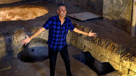Uri Geller esittelee Uri Geller Museota Jaffassa, Tel Avivin lähistöllä.