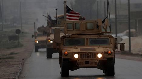 Amerikkalaisia sotilasajoneuvoja Syyrian pohjoisosassa sijaitsevassa Manbijissa 30. joulukuuta.