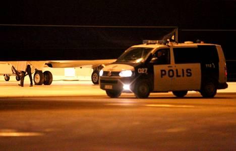 Helsinki-Vantaa torstai-iltana, kun suomalainen rauhanturvaaja tuotiin kentälle.
