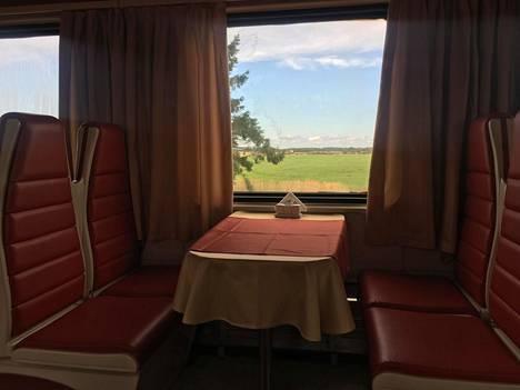 Kaliningradiin pääsee kätevästi esimerkiksi Liettuan kautta Vilnasta junalla. Kuvassa näkyy kaliningradilaista peltomaisemaa junan ravintolavaunun ikkunasta.