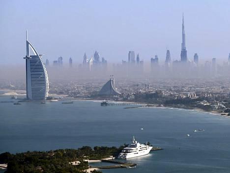 Taustalla maailman korkein rakennus, Dubain Burj Khalifa