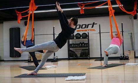 Hurjat rakkauskilot -ohjelmassa sarjaan osallistujat pääsevät testaamaan myös uusia liikuntalajeja. Maria kokeilemassa Air Joogaa.