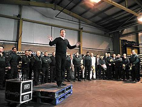 David Cameron nousi laatikoiden päälle supermarkerissa Wakefieldissä. Tuttu näky myös Obaman vaalikampanjan ajoilta.