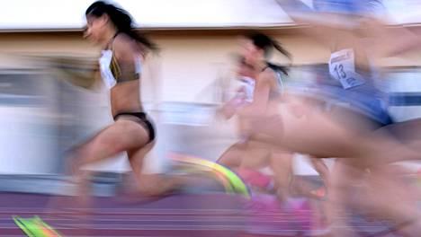 Nooralotta Neziri vauhdissa Kalevan kisojen 100 metrin alkuerässä.