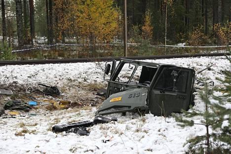 Kuorma-auton hytti säilyi törmäyksestä kutakuinkin yhtenä kappaleena.