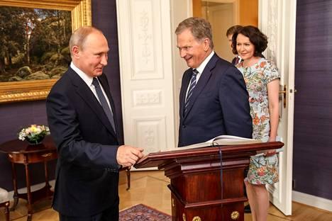 Kun Vladimir Putin saapui Presidentinlinnaan heinäkuussa 2018, hänet toivottivat tervetulleiksi presidentti Sauli Niinistö ja rouva Jenni Haukio.