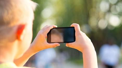 Vanhempien tulee keskustella lastensa kanssa kuvien jakamisesta internetissä. Kuvituskuva.