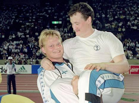 Seppo Räty heitti vuonna 1991 ME-tuloksen 96,96. Saman vuoden elokuussa Räty saavutti MM-hopeaa. Hän kaappasi kisan jälkeen syliinsä maailmanmestari Kimmo Kinnusen.
