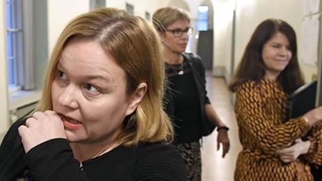"""Krista Kiurun mukaan sosiaali- ja terveysvaliokunnan työmoraali on kunnossa. Kiurun mukaan keskiviikkonakin vedettiin """"kuusi tuntia yhdellä 15 minuutin taolla""""."""