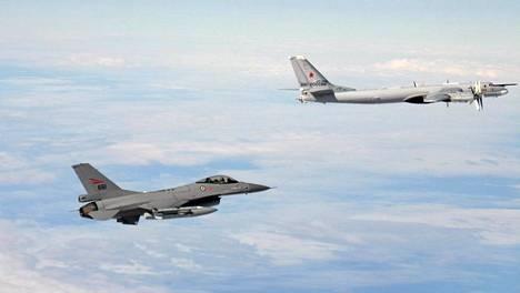 Norjan ilmavoimien kuvassa norjalainen F-16 seuraa lähietäisyydellä Venäjän ilmavoimien Tupolev-konetta.