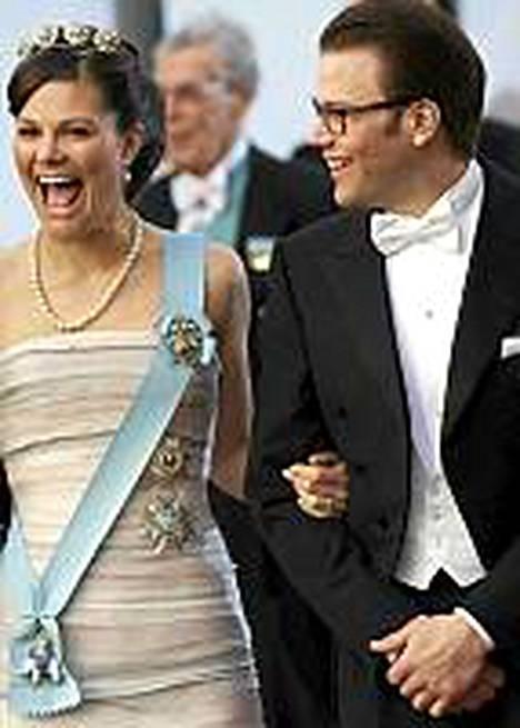 Kruununprinsessa Victorian ja Daniel Westlingin kesäkuisten häiden vuoksi Tukholma on ristinyt itsensä rakkauden kaupungiksi. Kuvassa iloinen kihlapari Tanskan kuningattaren Margaretan 70-vuotispäivillä huhtikuussa.