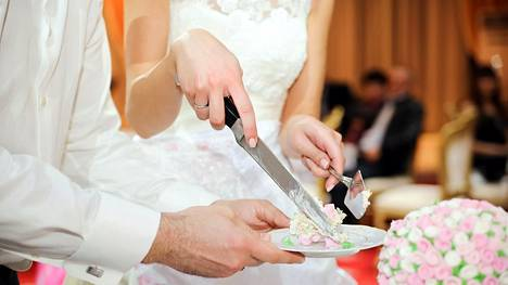 Valkosuklaa ja marjat ovat suosituimpia makuja hääkakuissa.