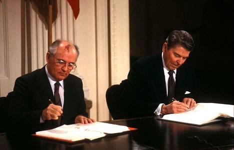 Mihail Gorbatshov ja Ronald Reagan allekirjoittivat INF-sopimuksen Washingtonissa 1987.
