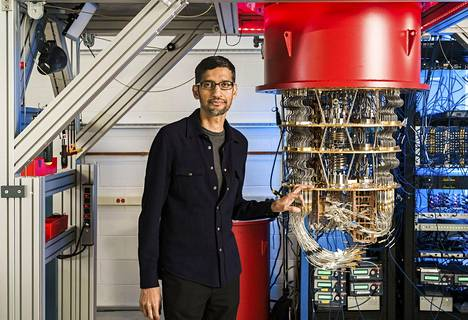 Googlen kvanttikone ja tutkija Sundar Pichai kuvattuna yhtiön laboratoriossa Santa Barbarassa.