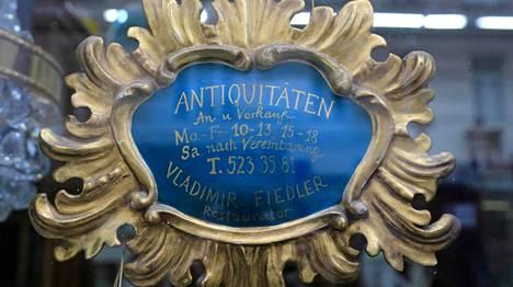 Wieniläiseen antiikkikaupan kylttikin on antiikkia.