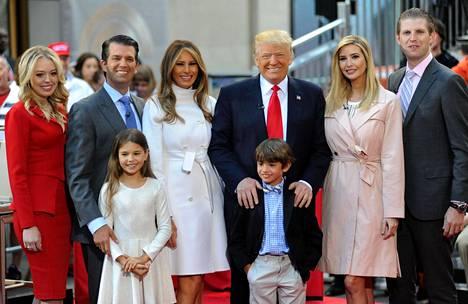 Trump tuo Britanniaan aikuiset lapsensa (presidenttiparin ympärillä vasemmalta oikealle) Tiffanyn, Donald Jr:n, Ivankan sekä Ericin